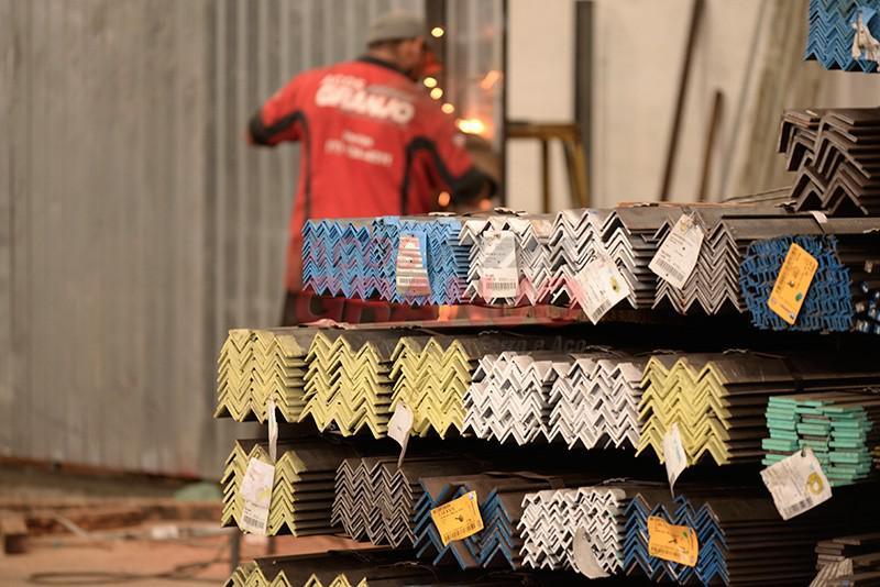 Distribuidor de cantoneiras de ferro